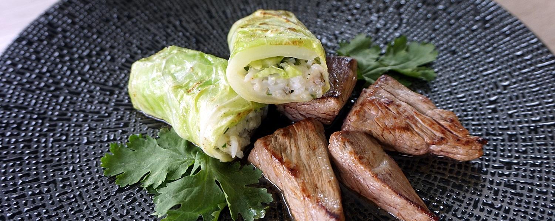 Spitzkohl-Wildreis-Röllchen mit Rinderfiletspitzen